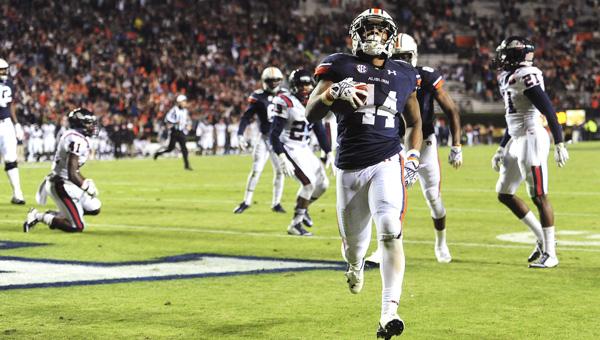 Cameron Artis-Payne scores a touchdown for Auburn.